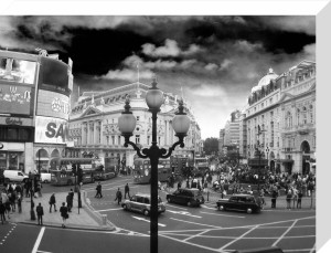 Piccadilly Circus - Lamppost by Panorama London