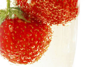 Strawberries in water by Grolla
