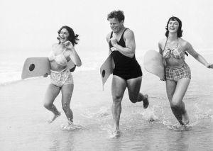 Running in surf by Mirrorpix