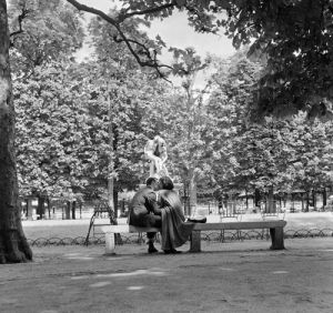 Lovers in a Parisian park by Anonymous