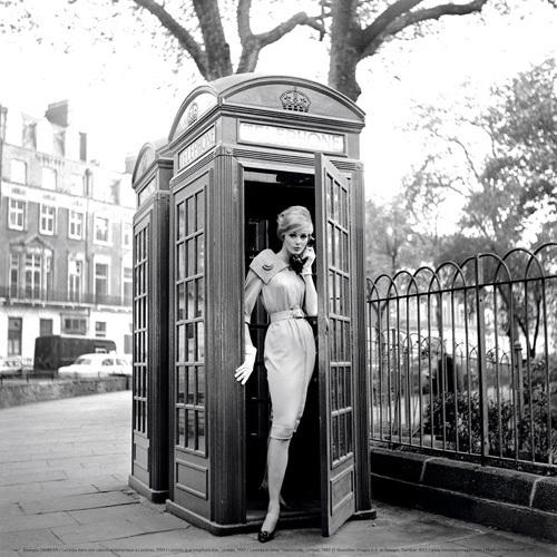 Lucinda dans une cabine téléphonique à Londres, 1959 by Georges Dambier