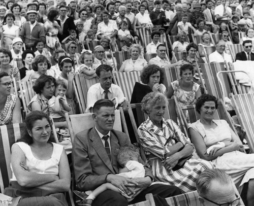 Holidaymakers watch show, 1959 by Mirrorpix