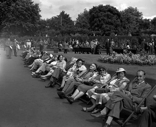 August bank Holiday, London 1953 by Mirrorpix