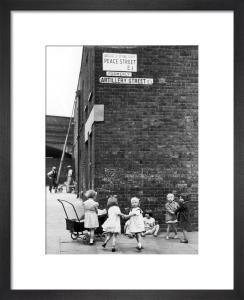Girls playing in street, Bethnal Green 1939 by Mirrorpix