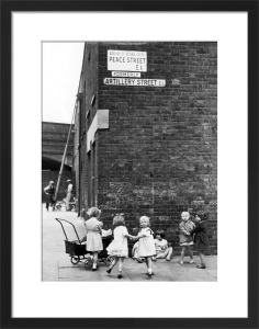 Girls playing in street, Bethnal Green 1939 by Mirrorpix
